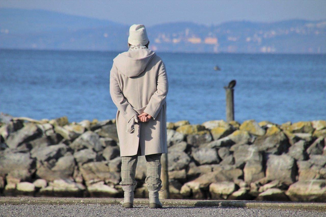 starejsa zenska z osteoporozo razmislja