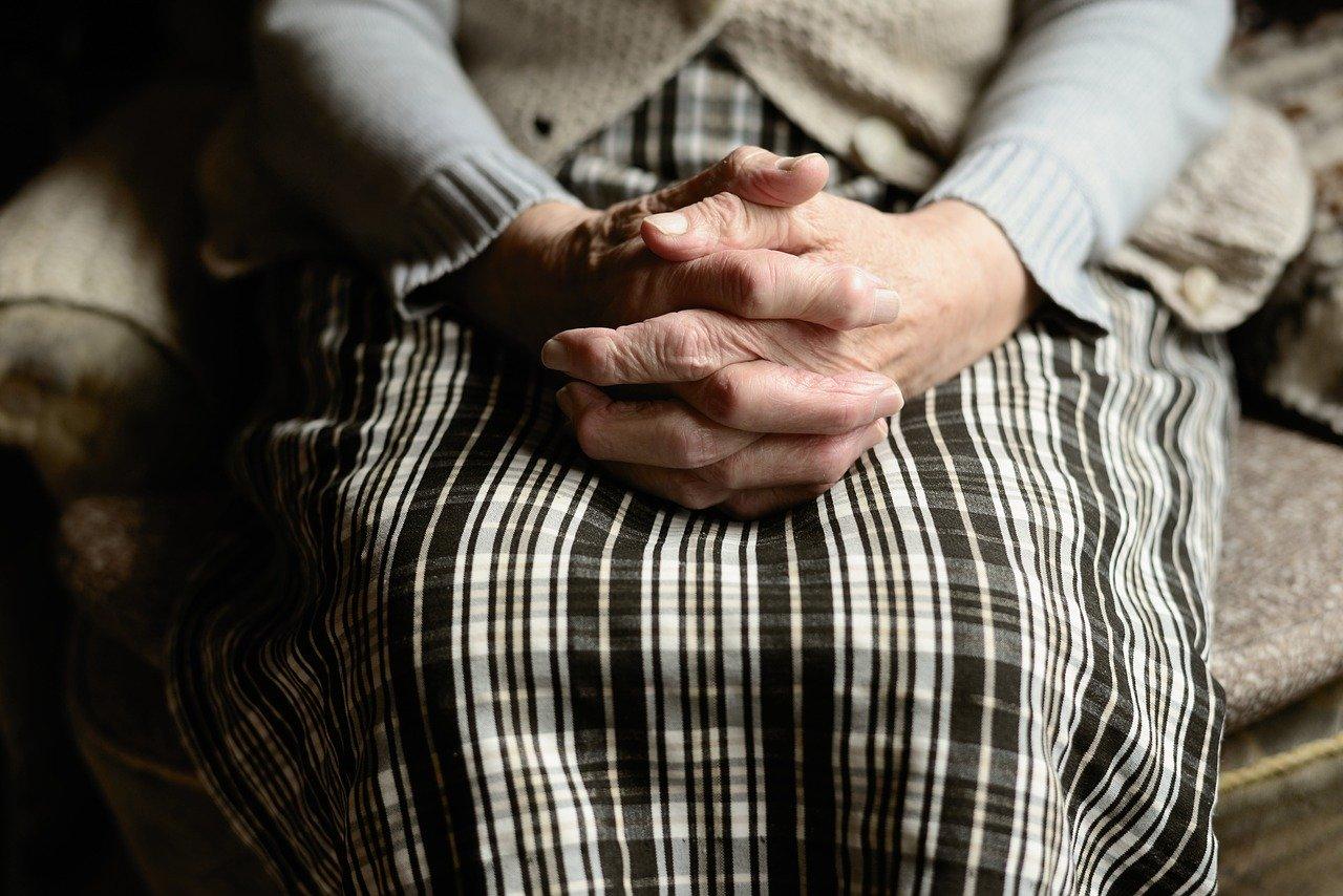 starejša gospa sedi