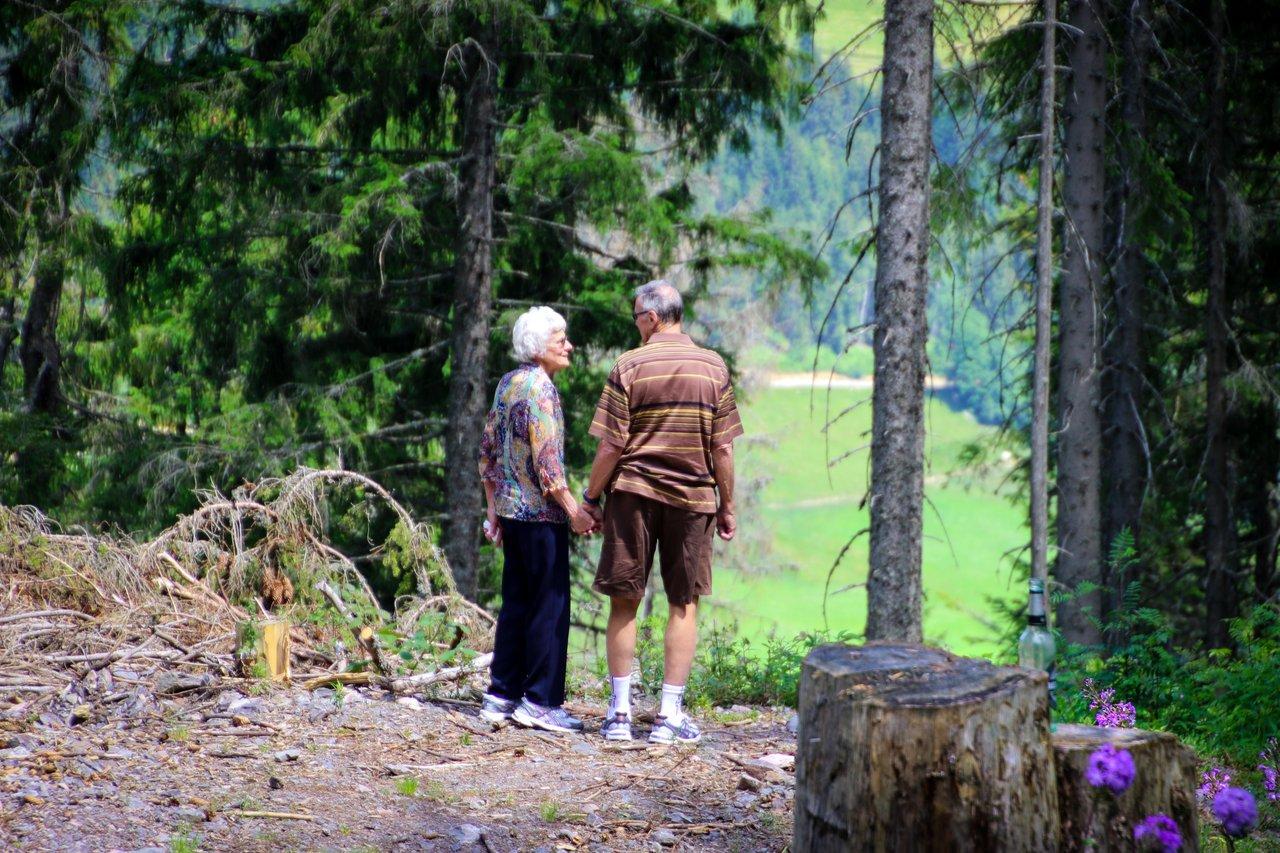 sprehod v naravi in gianje za preprecevanje osteoporoze